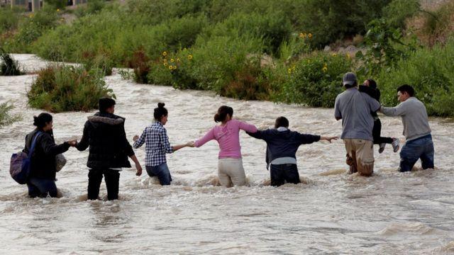 Мигранты пересекают границу США и Мексики