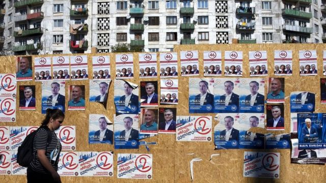 Реклама кандидатов на стене дома