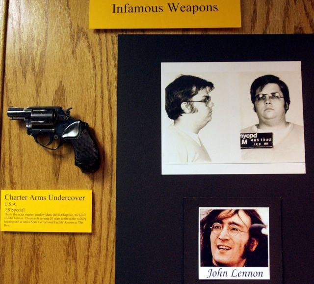 пистолет Чепмена, его полицейские фото и фото Леннона