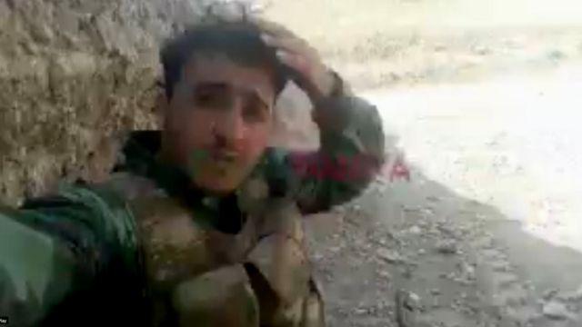 Кадр из видео, появившееся в соцсетях в октябре. На нем 23-летний сириец, молящийся на фоне разрывающихся рядом снарядов