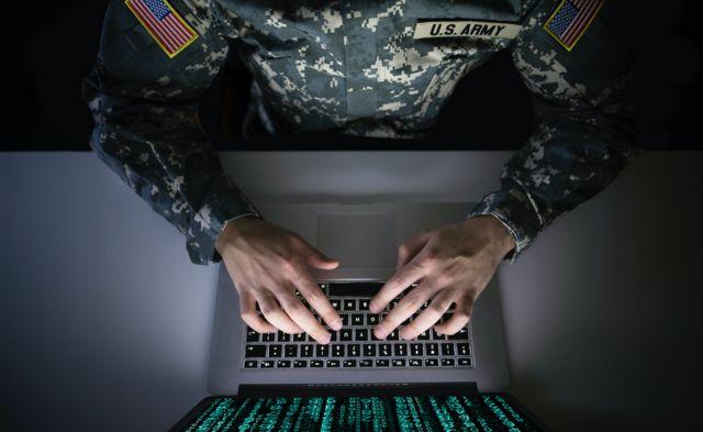 Американский военный за компьютером