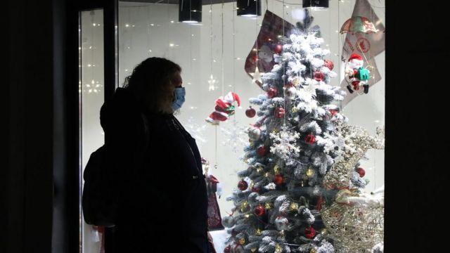 На любой новогодней вечеринке власти требуют соблюдения масочного режима