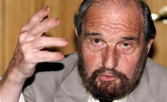 Джордж Блейк в 2001 году на презентации книги о письмах, которые он написал, сидя в тюрьме
