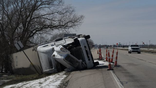 Из-за обледеневших дорог происходят аварии