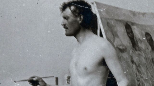 Мунк работает над автопортретом на пляже в Германии в 1907 году