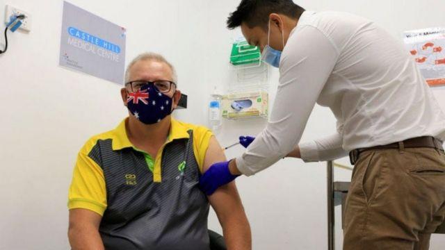 Момент, когда Скотту Моррисону ставили прививку от коронавируса, был показан по телевидению.