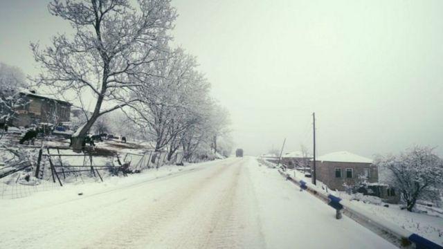 Граница между двумя частями Шурнуха проходит по этой дороге