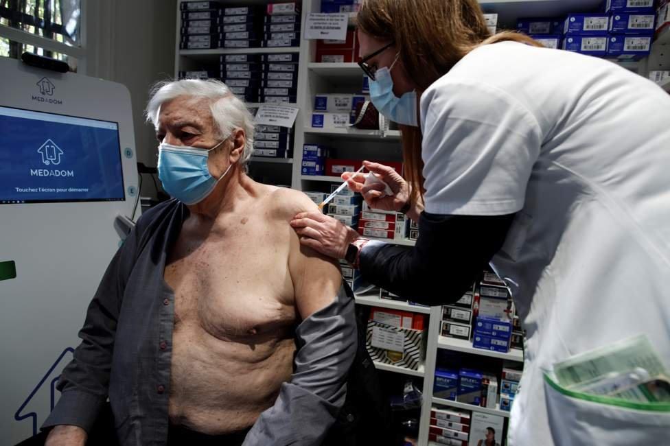 Мужчину прививают вакциной AstraZeneca