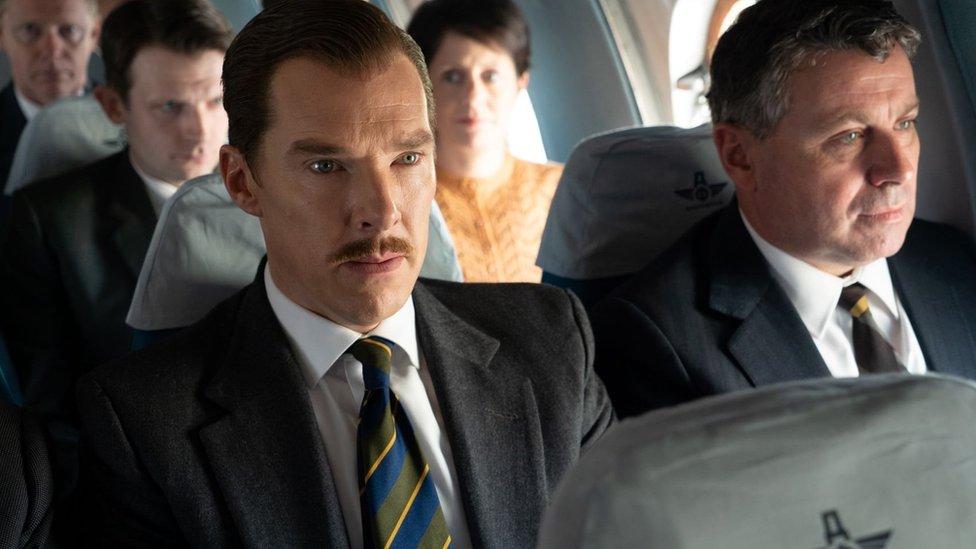 Гревилл Винн (Бенедикт Камбербэтч) в самолете за несколько минут до ареста. Он уже увидел, как к самолету подъехала черная машина и в ужасе осознает, что его ждет
