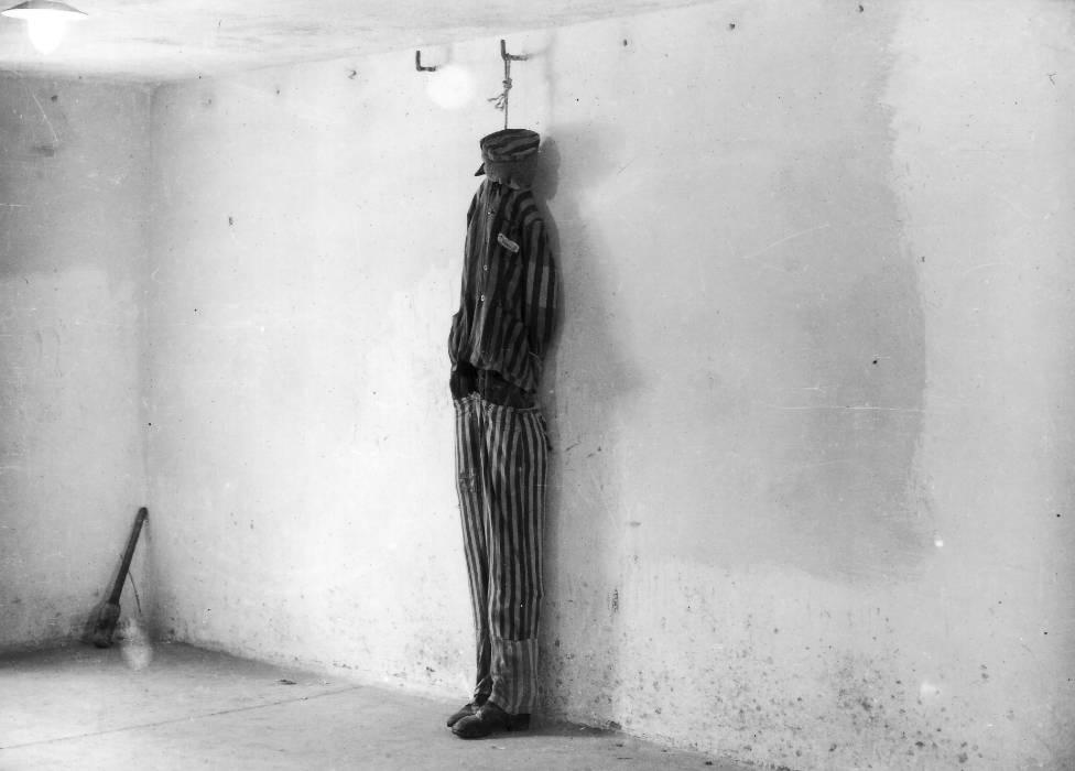 Эта фотография сделана вскоре после освобождения Бухенвальда: манекен использовали для того, чтобы показать, как расправлялись с узниками в подвале крематория