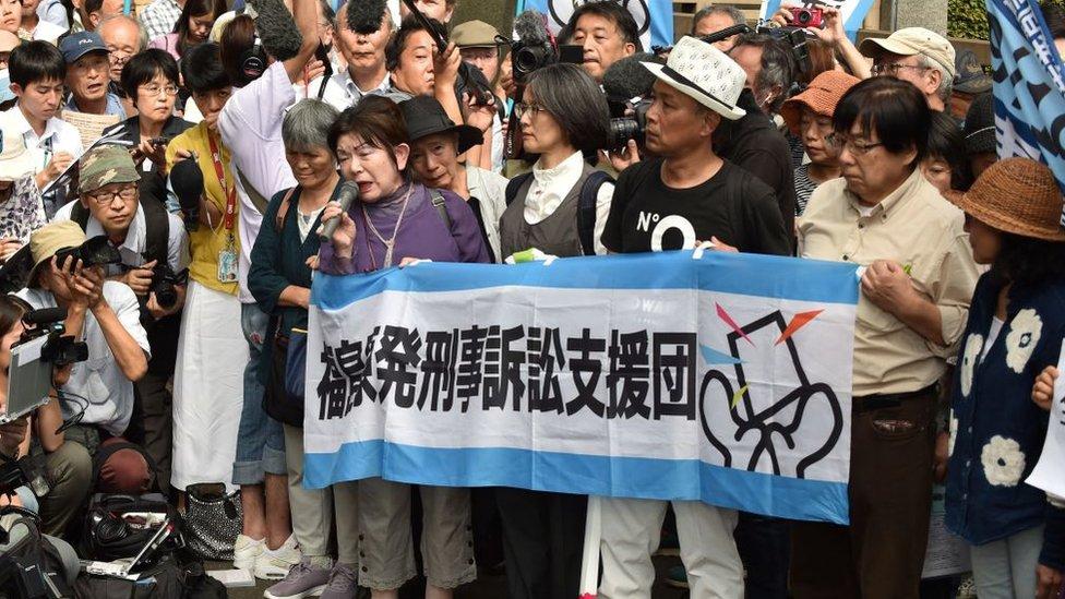 Протесты у здания суда во время процесса над руководителями NEPCO
