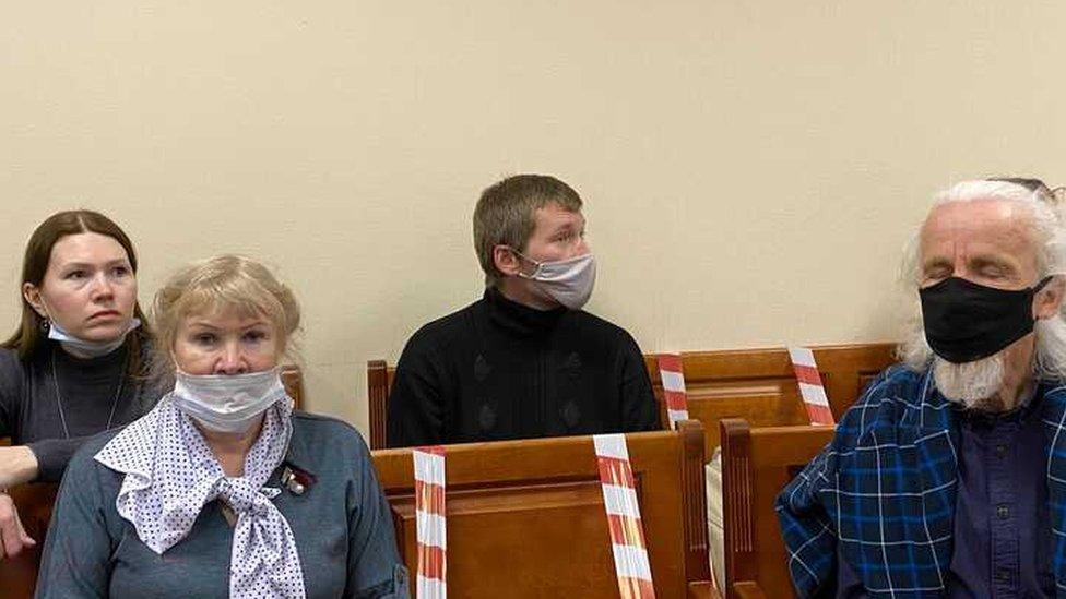 Филинов и Бояршинов участвуют в заседании по видеосвязи из СИЗО, в зале присутствуют адвокаты, а также мать и сестра Филинкова (на фото слева), отец (справа) и жена Бояршинова