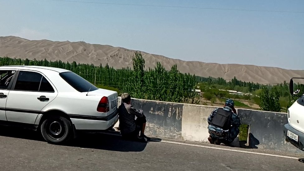 Люди наблюдают за таджикско-киргизской границей