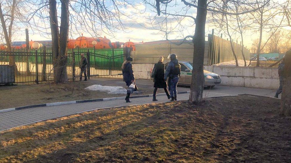 Любовь Соболь покидает здание Перовского суда Москвы