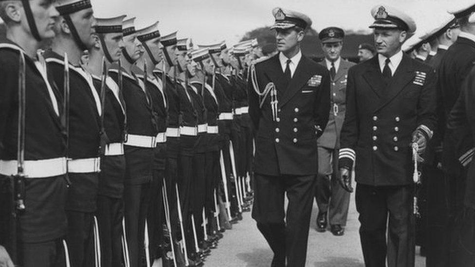 Принц Филипп инспектирует военно-морские части