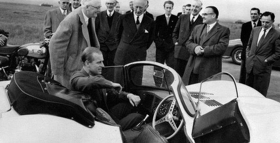 Принц Филипп в машине Jaguar XKSS
