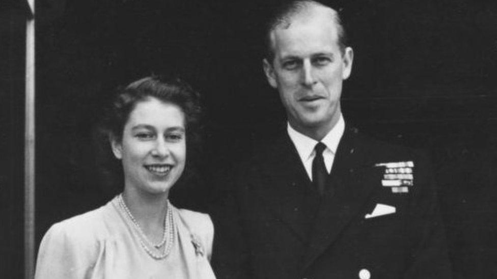 Официальная фотография после помолвки принцессы Елизаветы и принца Филиппа.