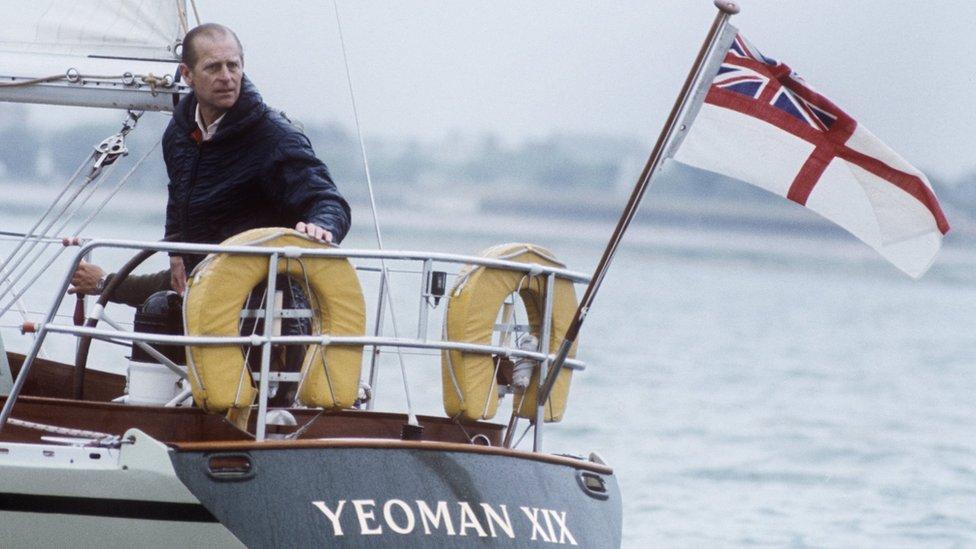 Принц Филипп на яхте в 1977 году.