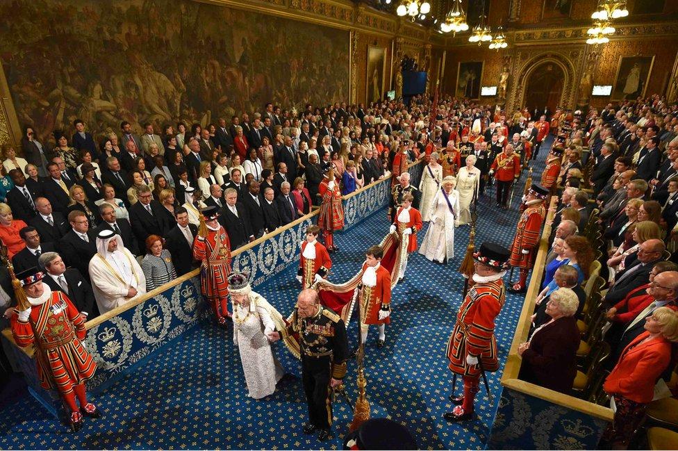Королева Елизавета II и герцог Эдинбургский на церемонии открытия парламента в 2016 году.