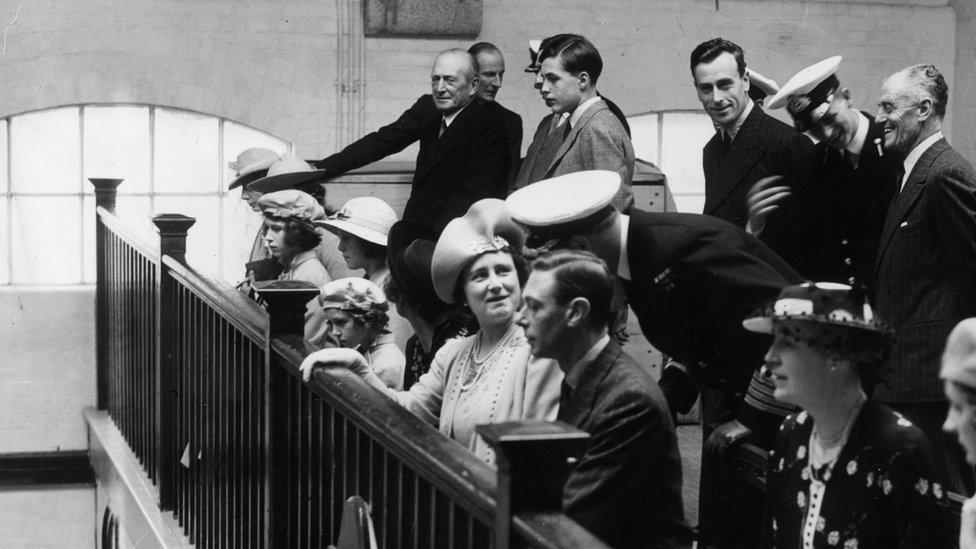 Король Георг VI, королева-мать, принцесса Елизавета, лорд Луис Маунтбеттен, кадет Филипп и члены свиты в часовне Королевского военно-морского колледжа со своими родителями в июле 1939 года