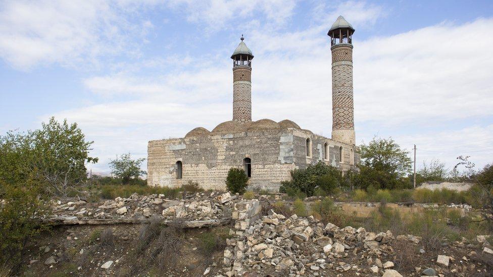 Полуразрушенная мечеть в городе Агдам