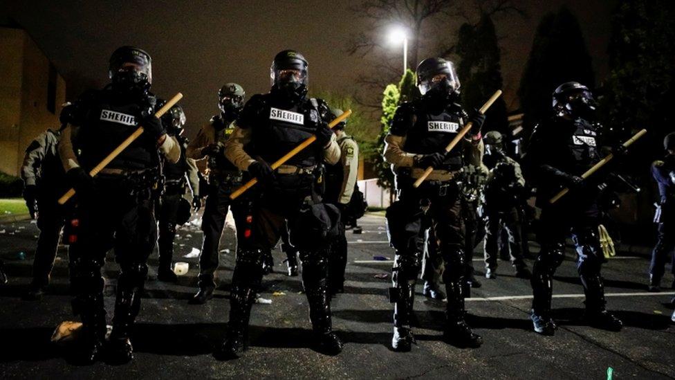 Полицейские около участка в Бруклин-Сентер