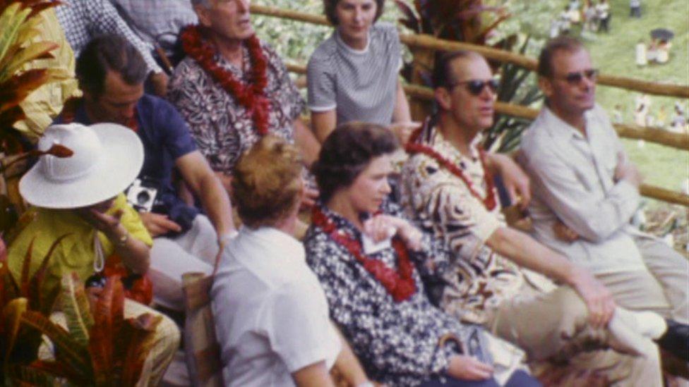Принц Филипп и Елизавета II во время визита в Новые Гебриды в 1970х годах