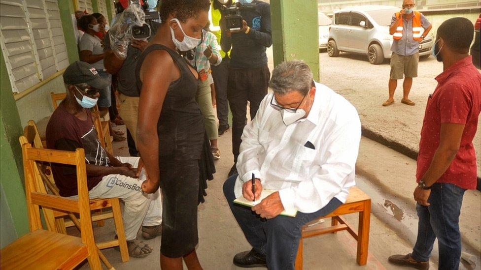 Премьер-министр острова Ральф Гонсалвес навещает переселенцев