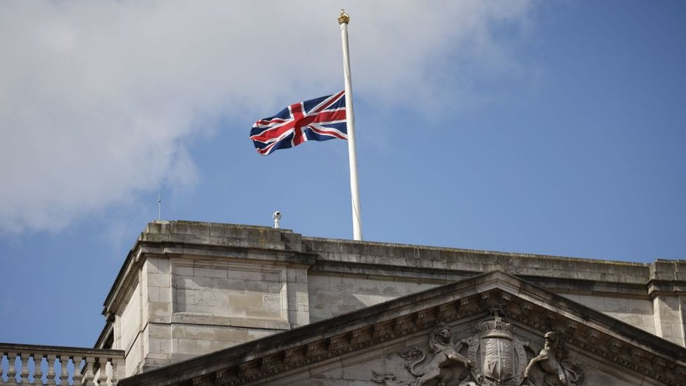 Приспущенный британский флаг на крыше Букингемского дворца.