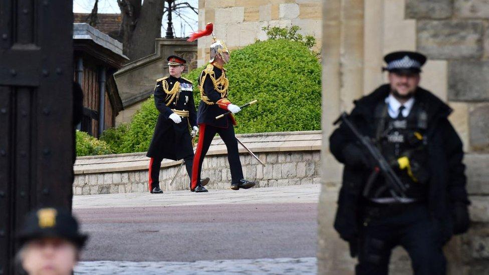 Солдаты королевских полков в парадной форме во дворе Виндзорского замка после репетиции похорон принца Филиппа.