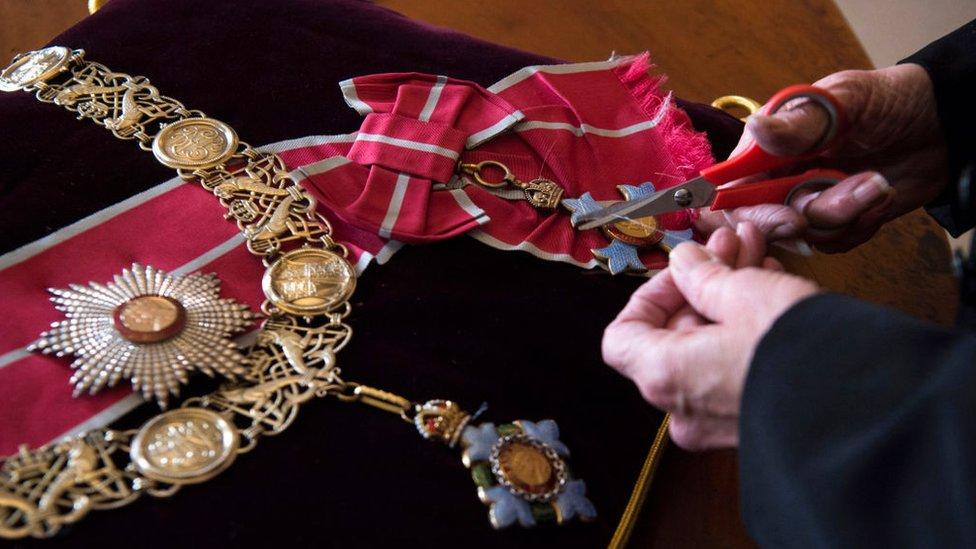 Награды и знаки отличия герцога пришиваются к подушкам, выложенным в алтаре.