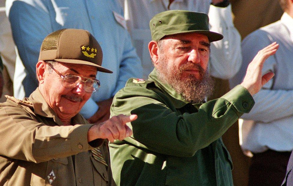 Фидель Кастро и его брат Рауль на параде в Гаване в декабре 1996 года