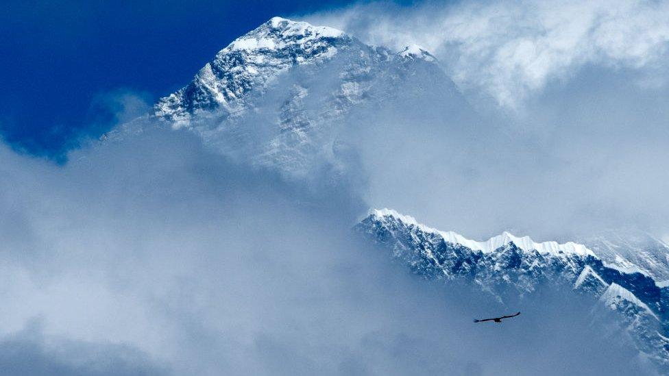Эверест, как и другие гималайские пики, был закрыт для альпинистов больше года. В апреле здесь ожидался приток туристов, но сейчас это под вопросом