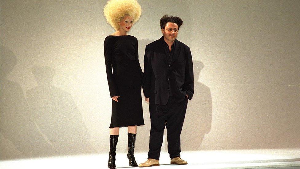 В сезоне 1998-99 годов Эльбаз стал автором коллекции модного дома Ги Ларош.