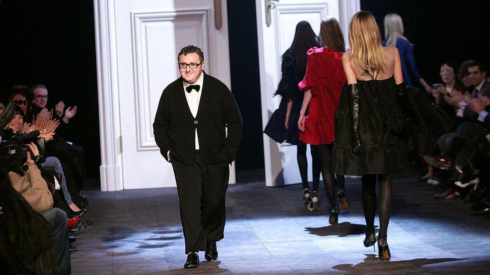 Эльбазу аплодируют во время модного показа в 2006 году.