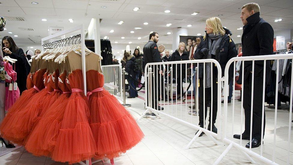 Работы Эльбаза были доступны не только богатой элите, но и покупателям обычных магазинов. В 2010 году он сделал коллекцию для сети H&M. Такие платья продавались по вполне демократической цене от 99 до 149 евро, а блузку можно было приобрести примерно за 20 евро