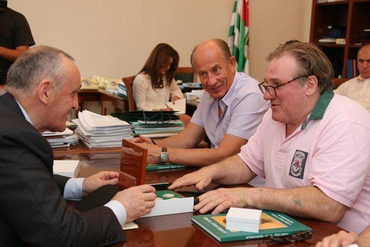 Жерар Депардье с бывшим де-факто президентом Абхазии Анквабом
