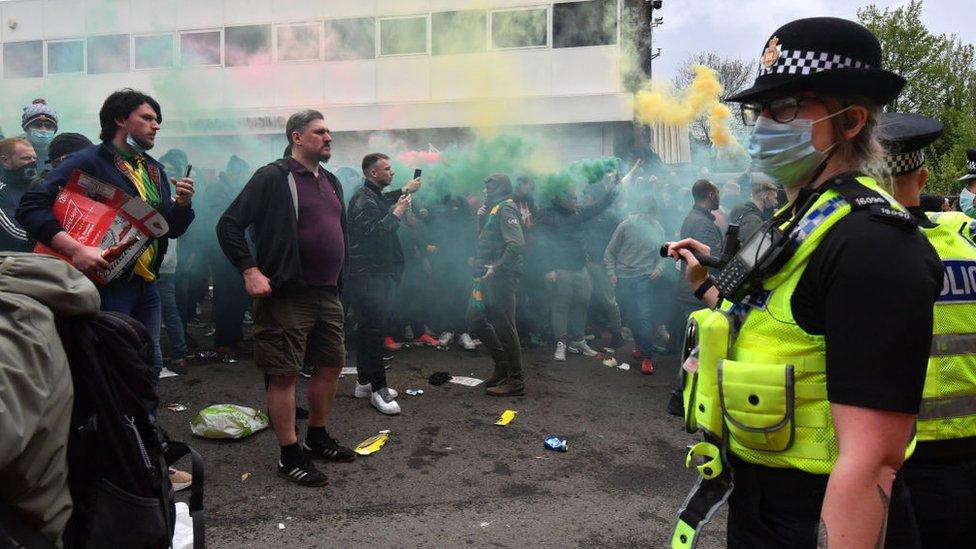 Противостояние болельщиков и полиции.