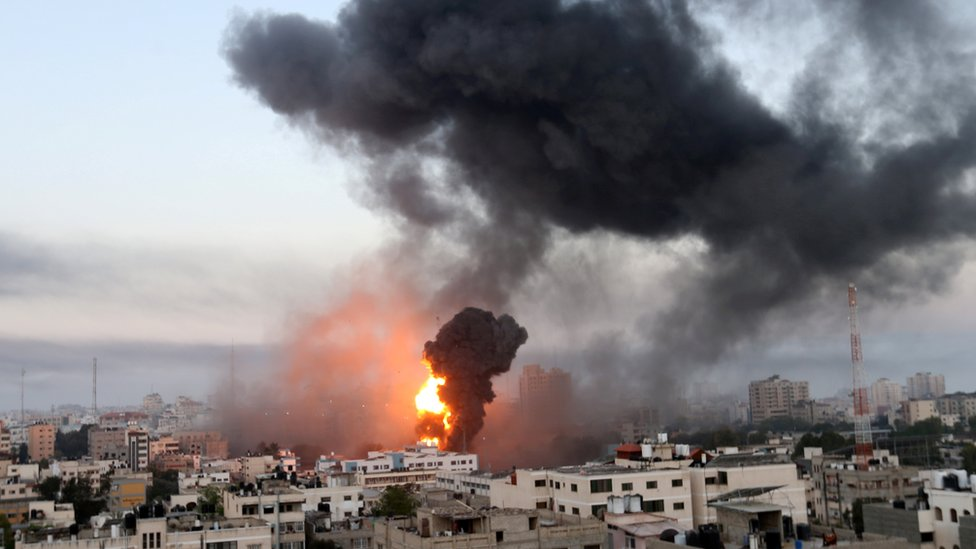 Момент одного из израильских авиаударов по Газе