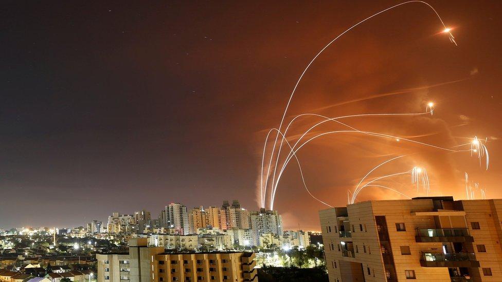 """Палестинские ракеты и израильские противоракеты системы ПВО """"Железный купол"""" в небе над городом Ашкелон в ночь на среду"""