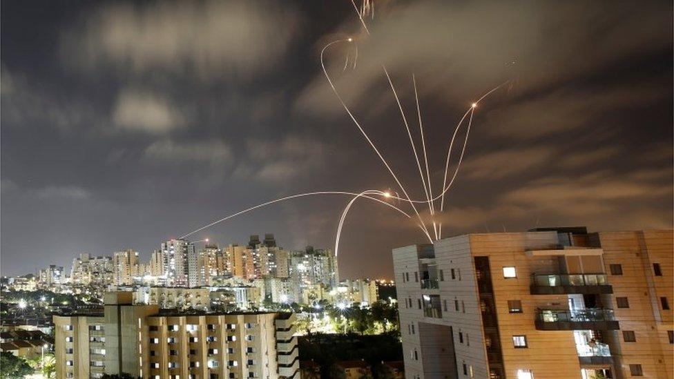 """Израильская система ПВО """"Железный купол"""" сбивает большинство ракет, выпущенных из сектора Газа. Этот снимок был сделан в Ашкелоне"""