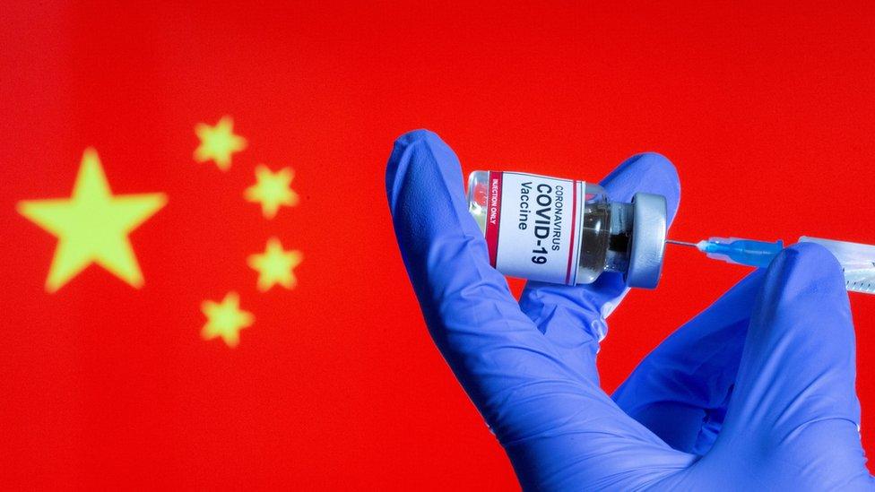 Вакцина на фоне флага Китая