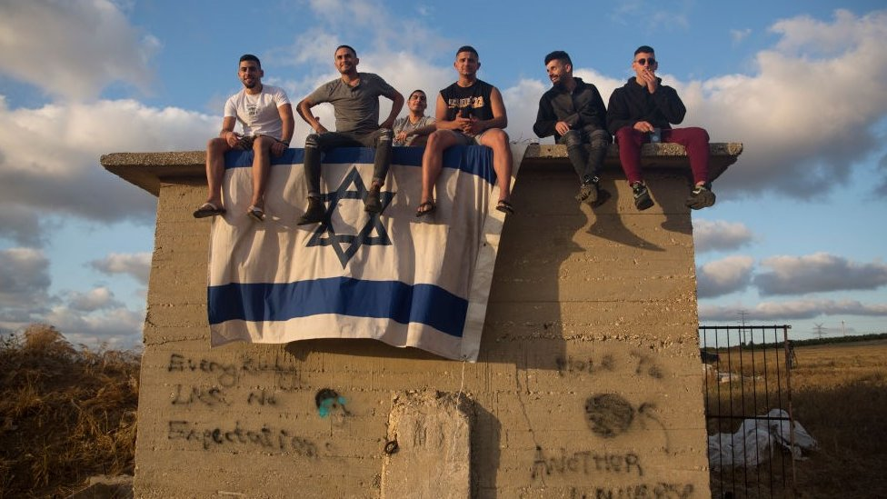 """Израильтяне наблюдают за перехватом ракет ХАМАС системой ПВО """"Железный купол"""""""