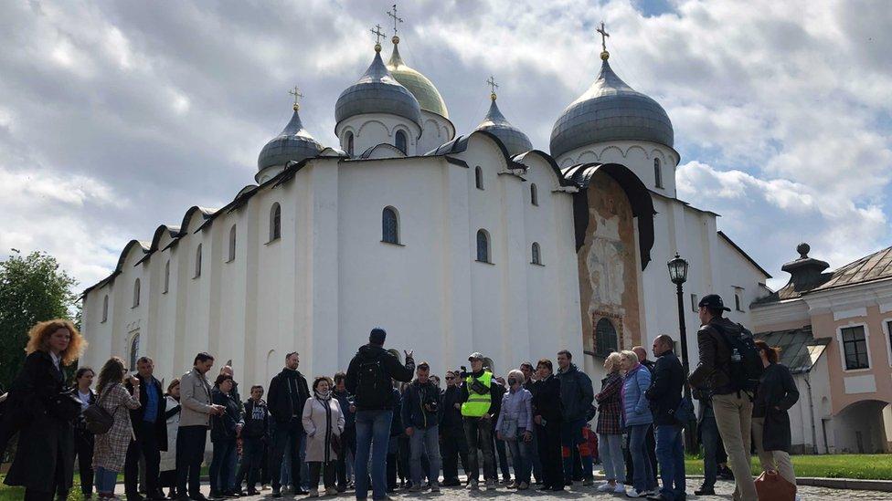 Экскурсия по историческому центру Великого Новгорода для делегатов и журналистов