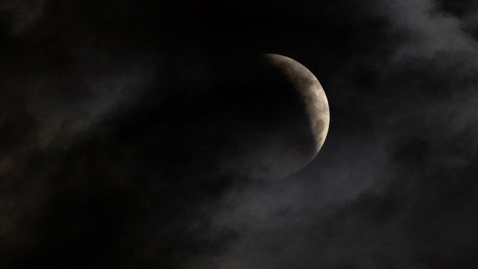 _118680477_moon01.jpg