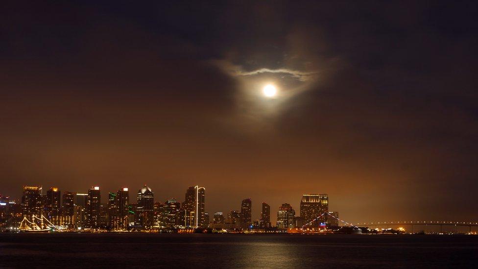 Так суперлуние выглядело в калифорнийском городе Сан-Диего.