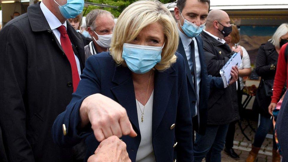 Марин Ле Пен во время предвыборной поездки