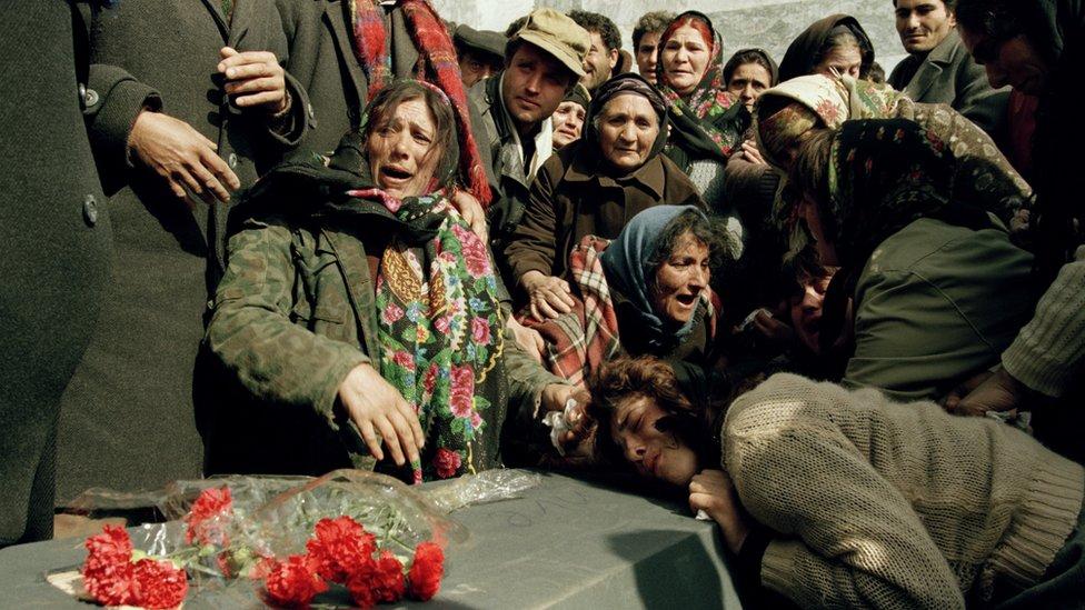 Азербайджанцы опликавают жертв Ходжалы
