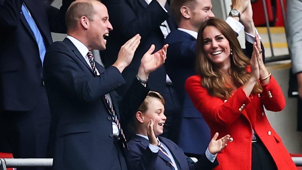 Принц Уильям с женой Кейт и сыном Джорджем на трибуне Уэмбли