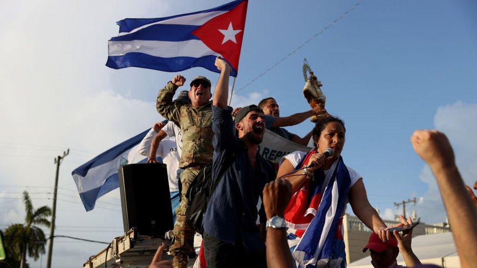 Сотни кубинцев также вышли на акцию протеста в Маленькой Гаване в Майами, США